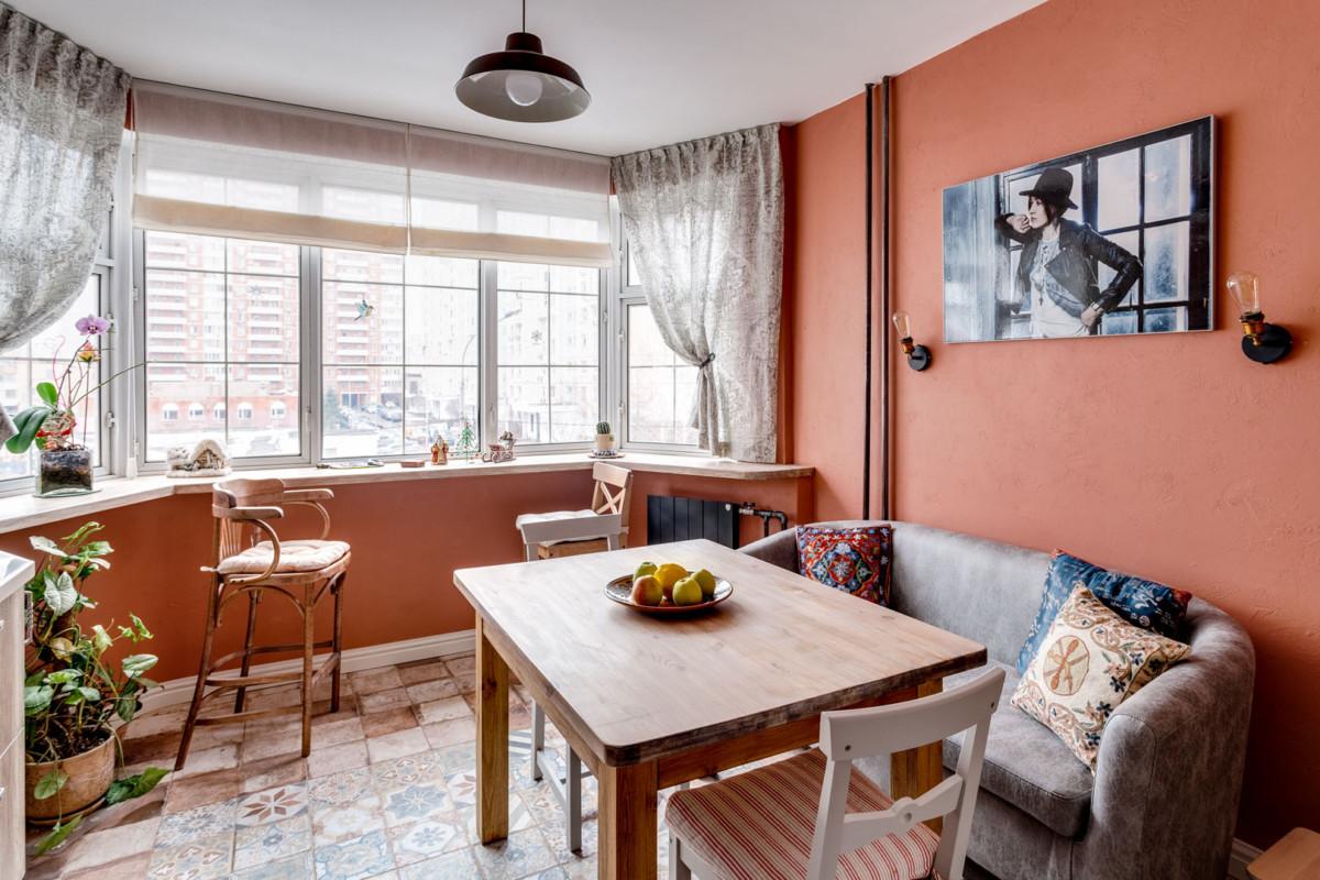 Диван для стола выбирали на сайтах мебели для баров и кафе – ведь именно они поставляют диванчики, достаточно высокие, чтобы на них можно было сидеть за столом, да и цена