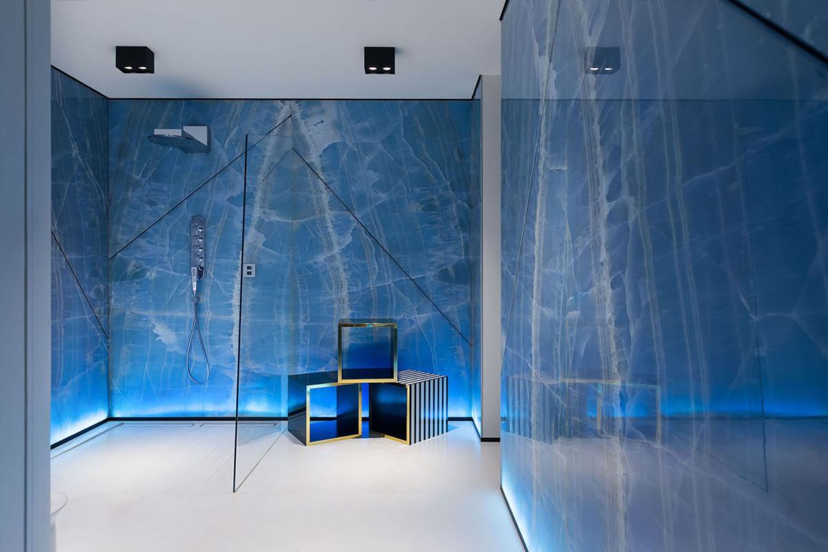 Роскошные апартаменты для молодой семьи: оникс на стенах и спальня в пурпурных оттенках