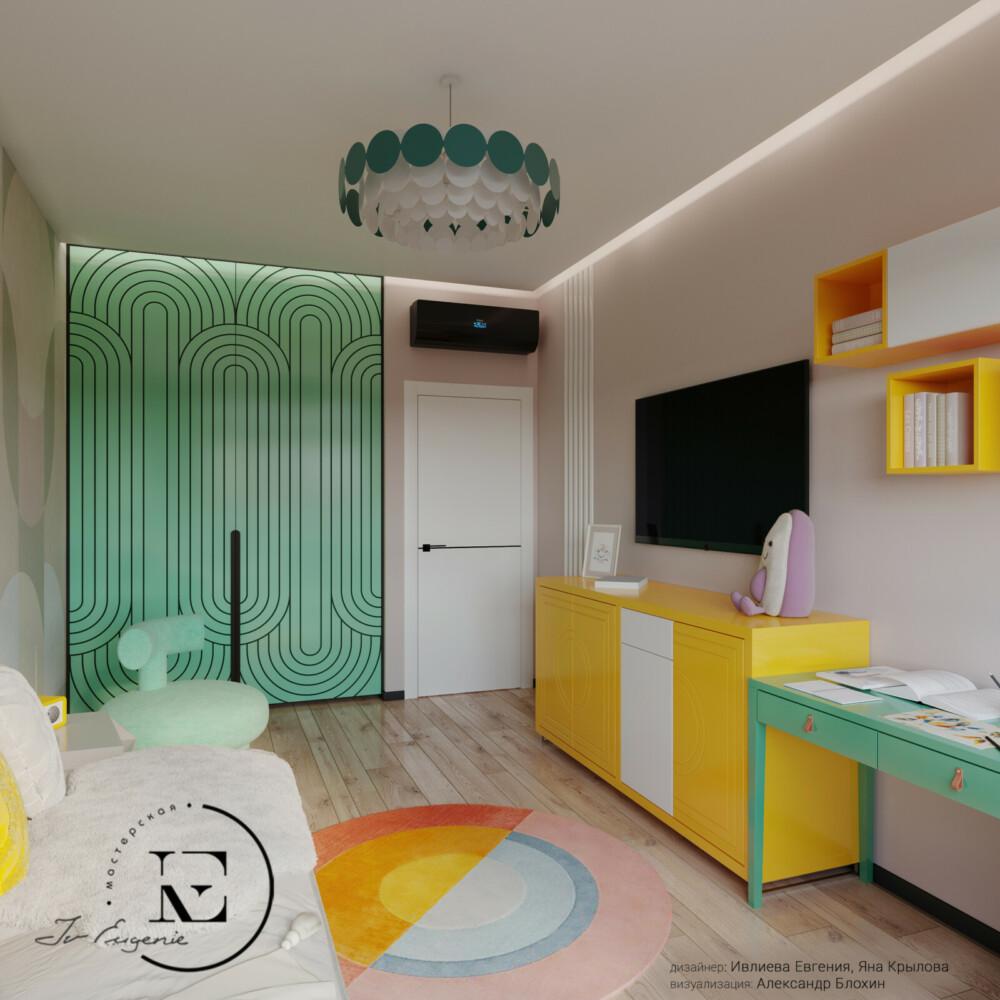 Давайте рассмотрим встроенный шкаф в детской комнате. На фасаде нежно-мятного цвета нанесен графичный овальный рисунок, который хорошо гармонирует не только с молдингами на стене, но и со всей техникой. Белая дверь в комнате разделена поперечной темной полоской посередине и повторяет элемент фасада комода.