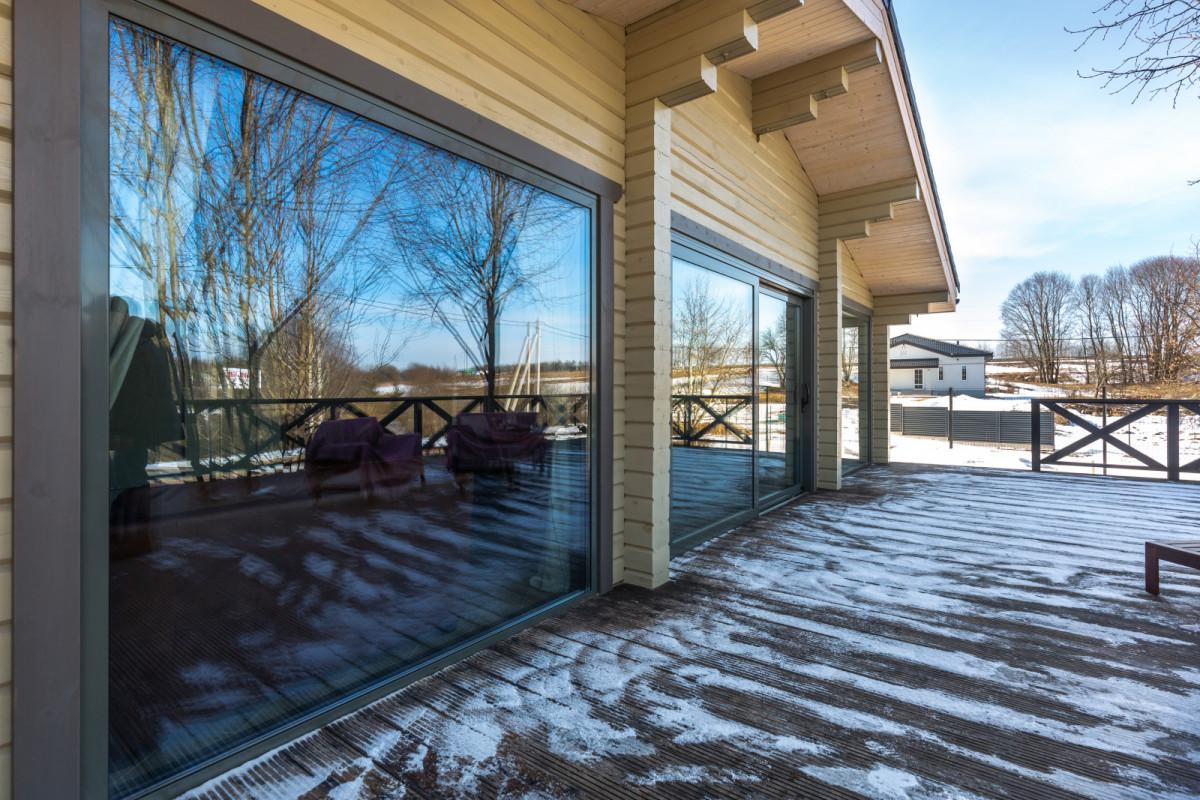 Принцип открытости: уютная баня-усадьба с панорамными окнами
