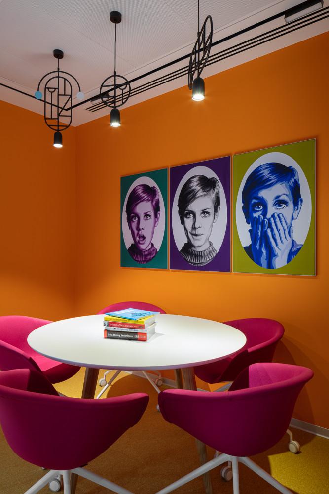 Новый офис компании Avito: дизайн в стиле шестидесятых